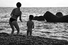 Danze tribali (encantadissima) Tags: capodorlando messina sicilia mare donna bimbo danza spiaggia riva bienne