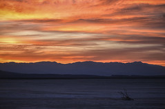 Death Valley sunset (Valentina Conte) Tags: deathvalley nationalpark sunset tramonto sfumature shades red oranges colours colorfu panorama landscape paesaggio desert california usa statiuniti america travel viaggio clouds sky neauty nature amazing canon100d rebelsl1 valentinaconte seasunclouds sole nuvole