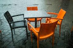 schn, wenn es nach einem Sommergewitter wieder hell wird (Werner Schnell Images (2.stream)) Tags: ws tisch sthle empty chairs rain regen drops regentropfen glas fenster window orange schwarz jdisches museum mnchen