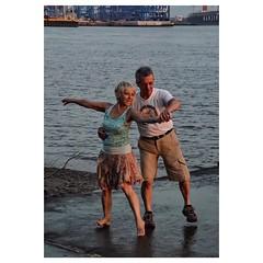 Tanze Samba mit mir... (Nikonfotografie) Tags: lebensfreude dancer sunset nikonlove nikon fineartphotography streetphotography abendstimmung elbe elbstrand hamburgerecken typischhamburch hamburgmeineperle hamburgliebe hamburg hh