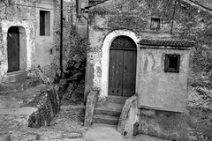 Morano Calabro (fede_gen88) Tags: door old houses italy white black buildings nikon italia entrance calabria morano moranocalabro d5100