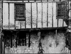 Fontenay le Comte (Janick Lanier) Tags: blackandwhite france noiretblanc beams halftimberedhouse fontenaylecomte poutres maisoncolombage janickl