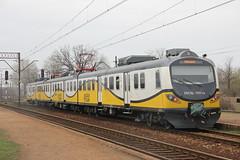 PR EN57AL-1501 , Wrocaw Muchobr train station 19.04.2013 (szogun000) Tags: railroad station electric set train canon tren poland polska rail railway commuter emu pr passenger trem treno ezt regio wrocaw pkp pocig  lowersilesia dolnolskie dolnylsk en57 przewozyregionalne wrocawmuchobr canoneos550d canonefs18135mmf3556is en57al d29273 d29275 en57al1501 d29757 d29758