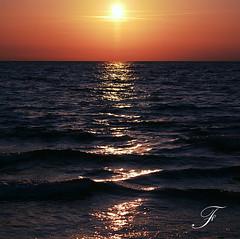 ...dancing (Farfal's (Offissima)) Tags: tramonto mare dancing blu canon20d natura sole parole onda silenzio ascolto meraviglia divenire dondolio continuita farfals danzandoconleonde