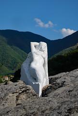 30520160804 Frauenskulptur vor Lago di Vagli (Georg Hirsch) Tags: italien italy see bergsee lake toskana tuscany lago lagovagli vaglisotto apuanischealpen apuanisch statue marmor frau akt liegend weis skulptur