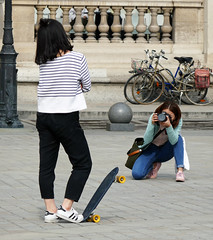 Portrait photographer at work - Louvre courtyard (Monceau) Tags: musedulouvre louvre photographer subject skateboard prop bicycles dilosep2016