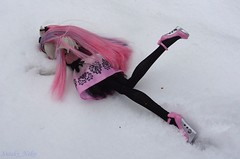 Falling down (Suteki_Neko) Tags: snow doll valentinesday fallingdown stumble monsterhigh rochellegoyle