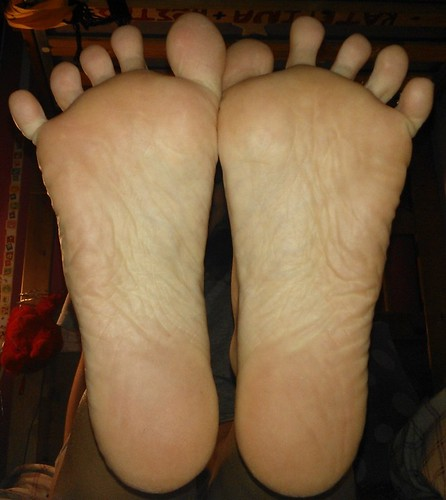 soles spread toes Feet