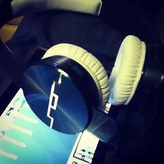| แหกกฏการฟังแบบเดิม ๆ ด้วย @SOLREPUBLIC ULTRA V12 เด่นด้วยดีไซด์ ก้านหูฟังถูกออกแบบมาให้รองรับการหักงอ สำคัญแยกเบสเยี่ยม #อีกหนึ่งเครื่องมือประกอบอาชิพ #SOL #musicstyle #อุบล