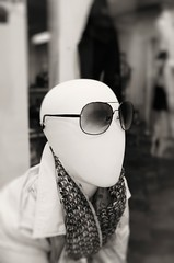 expressionless (mamuangsuk) Tags: sunglasses fashion scarf dof bald trendy alamode faceless foulard humanoid expressionless chauve ovoid noseless mouthless eggshaped cranedoeuf fujinonebc mamuangsuk fujix100