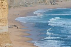 Australie - Great Ocean Road - Plage (jf garbez) Tags: ocean voyage travel sea people cliff mer beach nikon australia victoria nikkor greatoceanroad 70300mm falaise plage personnes gens australie oceania océan princetown d600 habitant portcampbellnationalpark océanie nikond600 nikonpassion nikonflickraward nikkor7003000mmf4556