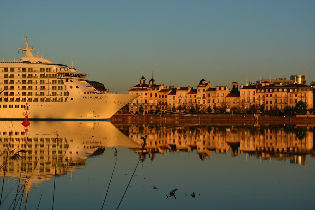 Le paquebot THE WORLD au soleil levant - Bordeaux - 24 avril 2013