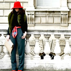 fashionista AW14: stole (gregjack!) Tags: uk red woman colour green london hat fashion streetphotography somersethouse stole londonfashionweek aw14
