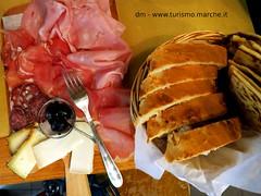 Aperitivo marchigiano (www.turismo.marche.it) Tags: marche aperitivo formaggio prodotti lonza tagliere enogastronomia tipici crescia salamedifabriano
