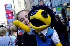 Fringe on the Mile 2016 0180 (byronv2) Tags: edinburgh edimbourg edinburghfestival edinburghfestivalfringe edinburghfringe edinburghfringe2016 edinburghfestivalfringe2016 fringe2016 fringe royalmile oldtown performer candid street peoplewatching puppet woman girl yellow