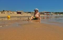 Spielen am Strand... (hobbit68) Tags: beach sky wolken clouds himmel sommer kste sonne outdoor strand canon kinder wasser sonnenschein holiday sunset playa children espana spanien haus urlaub dach andalucia ufer dcher