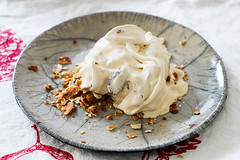 Dulce de Leche Eis mit Salz-Pekannssen (letizia.lorenzetti) Tags: glac glace eis dulcedeleche salzpekannsse lindalomelino raku rakukeramik rakuceramics homemade icecream