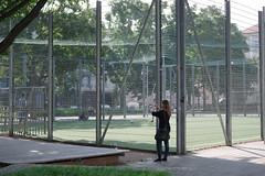 F-Projekt Lebenswelt(en) (Harald Reichmann) Tags: wien stadt park spielplatz gitter zaun person frau mensch training lifeskills kfig