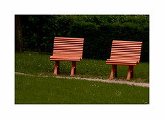 Bouderie (hlne chantemerle) Tags: extrieur jardinsurbains mobilierurbain objets parcsetjardins paris paysages photosderue urbain banc orange pelouse vert outside garden benches grass green