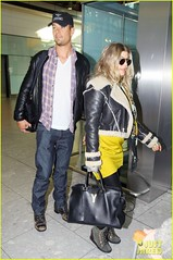 FFN_IMAGE_51017865|FFN_SET_60060489 (BlackEyedPeasPhotos) Tags: london hat sunglasses airport unitedkingdom bluejeans blondehair fergie yellowshirt whiteshirt baseballcap buttondownshirt blackleatherjacket joshduhamel blackhandbag blackleatherpants