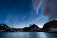 La nube (Sword of Damocles) (Ahio) Tags: longexposure nightphotography blue clouds zeiss stars twilight nocturnal lakes 15mm cloudscapes crepúsculo lagoenol parquenacionalpicosdeeuropa zf2 distagont2815