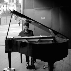 Piano man (no sabemos cmo llamarnos) Tags: piano streetphotography street msica musique msico music blackandwhite monochrome tabakalera