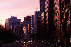 (  / Yorozuna) Tags:     twilight earlymorning morning  morningglow street        yasukunistreet    building  reflection  ichigaya  akebonobashi pentaxautotakumar55mmf18  tokyo japan