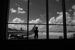 Learn to fly (EXPLORED) (Mister Blur) Tags: airport child window american airlines nikon d60 thelighttravelerdiaries diariodelviajeroligero crónicasdelviajerodeluz thelighttravelerchronicles thelighttraveler wetravel happytravelthursday happy travel thursday nikkor lens 1855mm