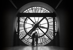 Paris je t'aime (DFD'81) Tags: bw paris clock byn blanco canon eos kiss couple pareja negro lovers musee museo beso dorsay enamorados 60d