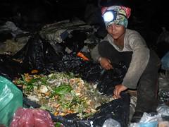 (DIMITRI PILALIS;) Tags: boy food night asian noche trabajo garbage asia asien cambodge cambodia khmer comida dump basura siem reap noite worker hungry criana lixo angkor wat enfant nio trabalho sant landfill scavenger fome asiatic sante salud lixo depsito trabalhador salut saude sade camboja catador lixao