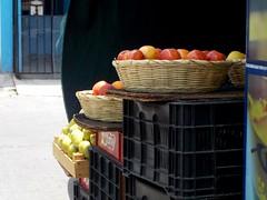 Manzanas, duraznos y tunas (en la esquina de una calle); a cambio de dinero   (Xic Eseyosoyese (Juan Antonio)) Tags: manzanas duraznos y tunas en la esquina de una cuadra cambio dinero  frutas unas canastas cajas bonita vista calle pasando por ah mxico fruteria negocio nikon coolpix s33 antojo eseyosoyese