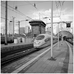 Muss man mal gemacht haben  (Christoph Schrief) Tags: frankfurtammein hauptbahnhof gleis6 ice deutschebahn fujigf670w mittelformat mediumformat 55mm 120er film fujacrosneopan100 rodinal 150 13min 20 selfdeveloped analog sw bw