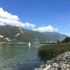(Paolo Cozzarizza) Tags: italia lombardia brescia paratico acqua lago lungolago panorama pietra cielo piante imbarcazione