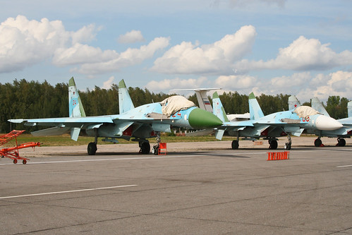 Sukhoi Su-27 Flankers '24 red' and '05 red'
