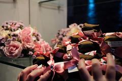 Bem Casados (Andreza Menezes) Tags: wedding roses brazil espelho brasil bride rosa happiness casamento recife vela rosas decorao mos pernambuco doces marrom felicidades fotoclube bemcasado bolodenoiva dibranco marcelaeandr canont4i