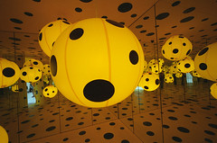 "YAYOI KUSAMA ""Big in Japan"", 2 (Vygintas R.) Tags: color art film june japan reflections iso400 voigtlander balloon perspective kodakportra400vc 35mmfilm 2009 bessal lithuania vilnius avantgarde yayoikusama lietuva mc  voigtlanderheliar15mmf45 atspindys vygintasrainskas 335109 begalyb"