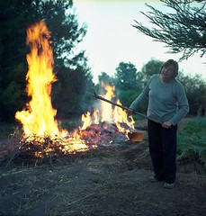 El gusto de quemar (_Rafa_) Tags: fujireala fuego quemando duoscan diyc41 yashica124