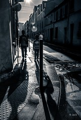 in the morning light (Jack from Paris) Tags: street leica morning light bw paris back shadows child angle noiretblanc wide rangefinder jour enfants monochrom capture rue mode contre trottoir matin lightroom m82 dng 75013 13 10711 nx2 tlmtrique voigtlandercolorskopar21mmf4 l1002165bw