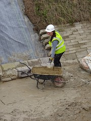 Girl at work - restoring the Wendover Arm, Grand Junction Canal (Snapshooter46) Tags: canalrestoration wendoverarm grandjunctioncanal grandunioncanal wendoverarmtrust canalrivertrust miswell hertfordshire workingparty civilengineering girl bentomatsheeting