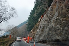 Climbing Road (floato) Tags: road uk trees orange net car work climb scotland wire traffic britain climbing loch job cones ness a82 riocks floato rockscaling rockscaler