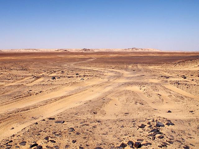 <p>砂漠のオフロードを行く。</p>