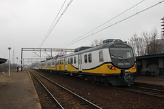 PR EN57AL-1501 , Wrocaw Muchobr train station 05.04.2013 (szogun000) Tags: railroad station electric set train canon tren poland polska rail railway commuter emu pr passenger trem treno ezt regio wrocaw pkp pocig  lowersilesia dolnolskie dolnylsk en57 przewozyregionalne wrocawmuchobr canoneos550d canonefs18135mmf3556is en57al d29273 d29275 en57al1501 d29757 d29758