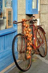 Le vélo et les oignons des Johnnies. Roscoff (jjcordier) Tags: oignons johnnies bretagne roscoff
