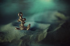 Anchor of Ayesha EXPLORED (Ayeshadows) Tags: macromonday macro monday anchor beginswiththefirstletterofmyname sea seasand underwater golden goodplated