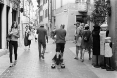 A strange skateboard... (sirio174 (anche su Lomography)) Tags: skateboard skate skaters corriere como centrostorico oldtown candid streetphotography