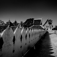 Pha That Luang  (Great Stupa) - Vientiane, Laos (pas le matin) Tags: nab bw blackandwhite noiretblanc nb temple laos lao asia asie architecture phathatluang buddhism stupa greatstupa golden travel voyage southeastasia world perspective canon 7d canon7d canoneos7d