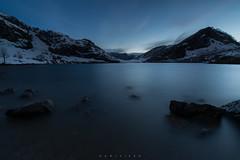Emergentes (Ahio) Tags: longexposure nightphotography blue lake snow water azul night zeiss landscape twilight nocturnal surface lagos explore 15mm crepsculo lagoenol parquenacionalpicosdeeuropa porradeenol distagont2815 picosedeuropa