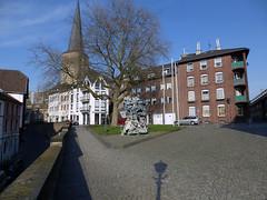 Mnchengladbach-Zentrum (borntobewild1946) Tags: skulptur nrw laterne altstadt rheinland mnchengladbach mauer frhling altermarkt copyrightbyberndloosborntobewild1946 mnchengladbachblickzumalter laternenschatten
