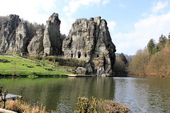 Externsteine hinter Wiembecketeich von Norden 02 (Stefan_68) Tags: lake rock germany deutschland see pond owl nrw fels teich nordrheinwestfalen felsen ostwestfalen teutoburgerwald externsteine lippe sehenswrdigkeit northrhinewestphalia hornbadmeinberg pilgersttte lipperland wiembecketeich treppenfelsen turmfelsen grottenfelsen wackelsteinfelsen