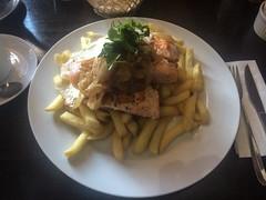 """San Pedro de Atacama: Salmon a lo Pobre (saumon du pauvre). Eh bien, on dirait pas! 3 pavés de saumon, 2 oeufs sur le plat et un tas immense de frites. Ce sont de vrais malaaade ces Chiliens ! ;) <a style=""""margin-left:10px; font-size:0.8em;"""" href=""""http://www.flickr.com/photos/127723101@N04/29121525122/"""" target=""""_blank"""">@flickr</a>"""
